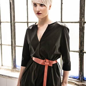 šaty z popelínu a kožený pásek |
