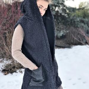 vesta | chlupatá vesta s kapucí a koženkovými kapsami