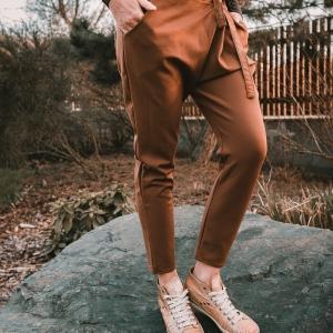 kalhoty se spadlým sedem |