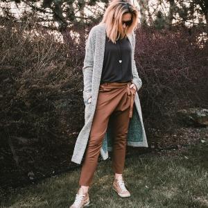 kalhoty se spadlým sedem, dlouhý svetr a triko |