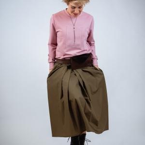 mikina z broušené viskózy, kožená kapsička a maxi sukně |