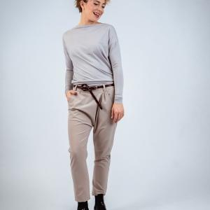 triko, kalhoty a kožený pásek |