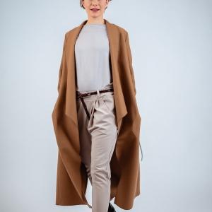 dlouhý vlněný kabát, kalhoty, triko a pásek |