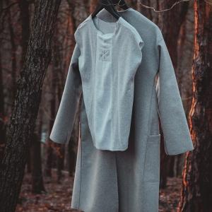 kabát a triko |