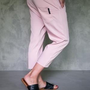 kalhoty se spadlým sedem z lehkého materiálu |
